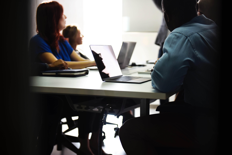 Alumnos empleando material multimedia