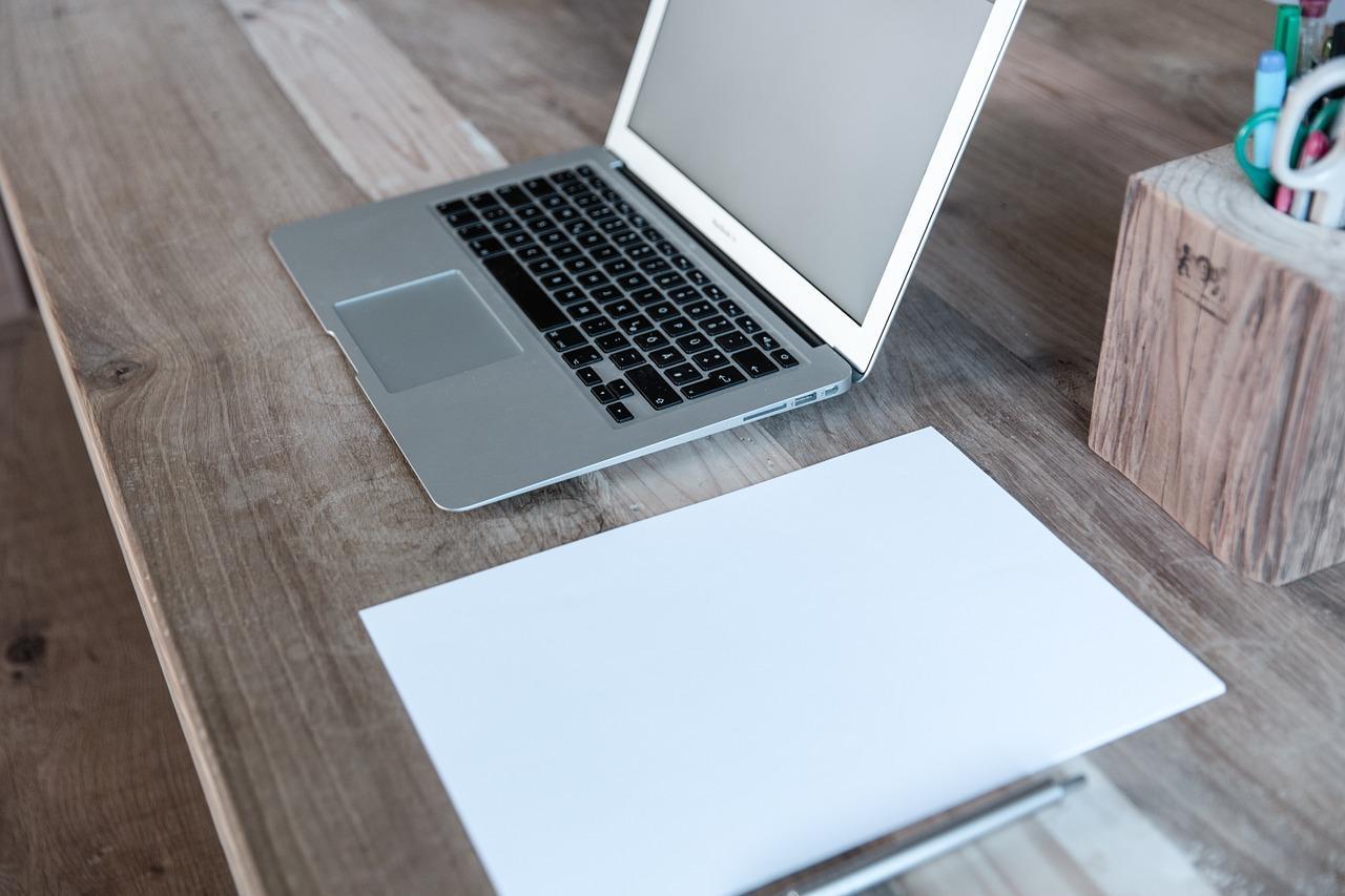 ordenador y papel para buscar trabajo