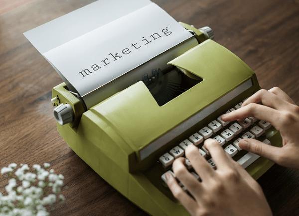 maquina de escribir que indica redacción de plan de marketing y comunicación