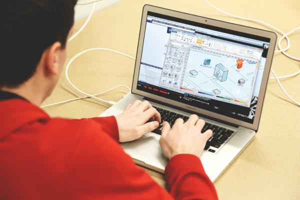 Administrador de redes trabajando en un diseño en ordenador