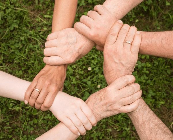 Manos unidas para grupos de trabajo en ayudas al empleo en cantabria