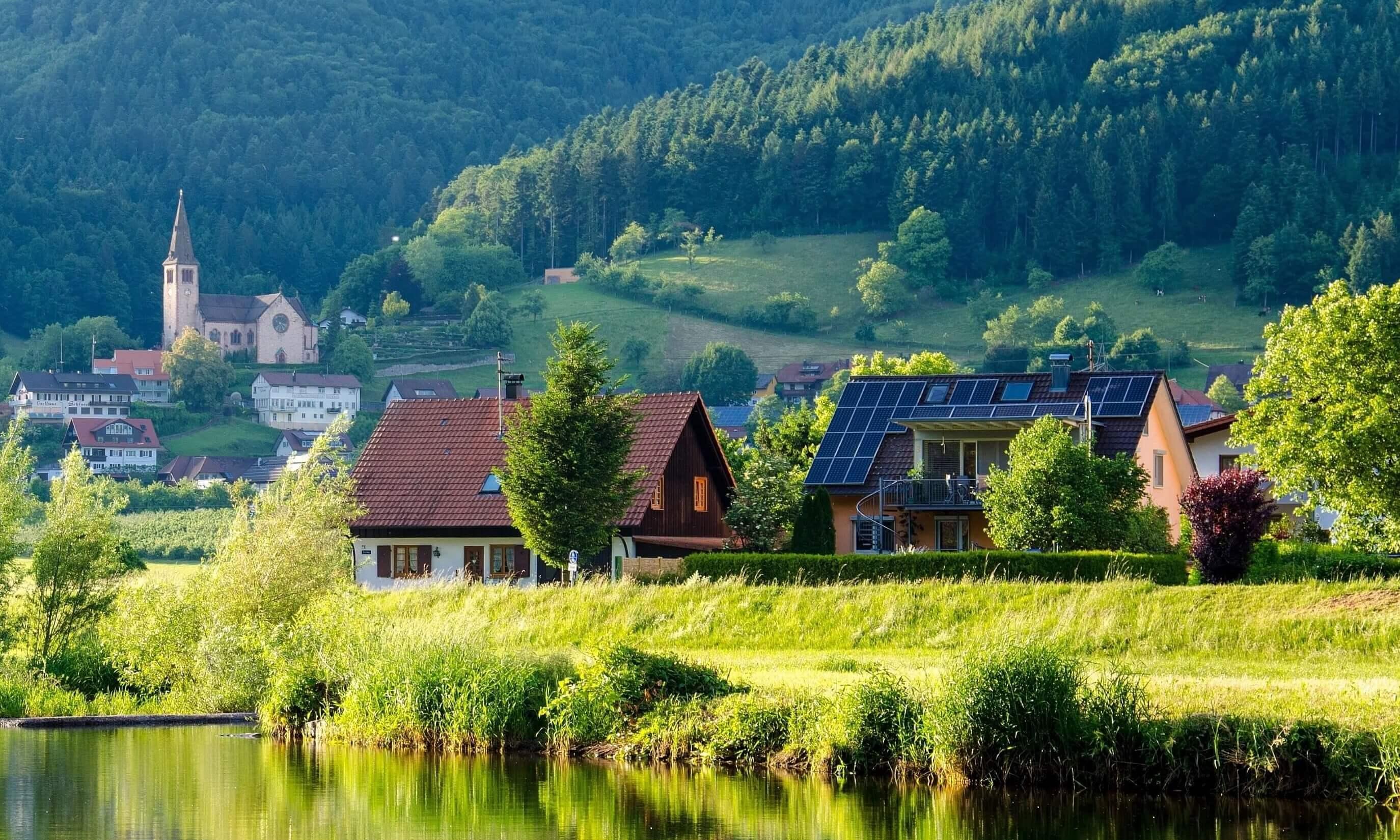 casa con placas para  energía solar fotovoltaica en el tejado