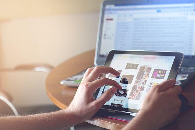 persona navegando por una tienda online