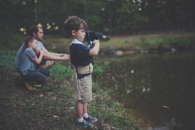 padre gestionando su tiempo con sus hijos