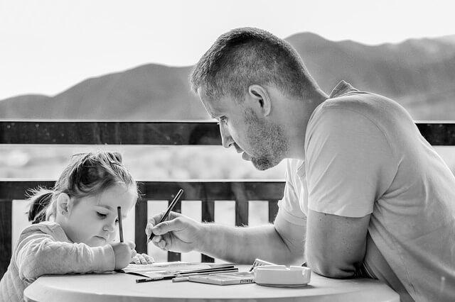 padre gestionando su tiempo con su hija