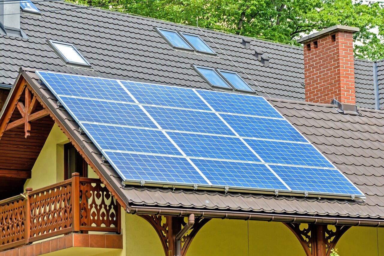 vivienda con paneles solares