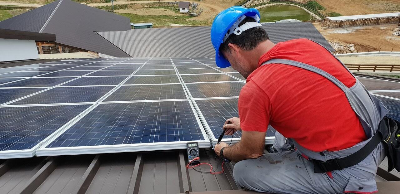 Trabajador enegía solar fotovoltaica
