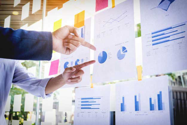 personas analizando datos de marketing digital para pymes