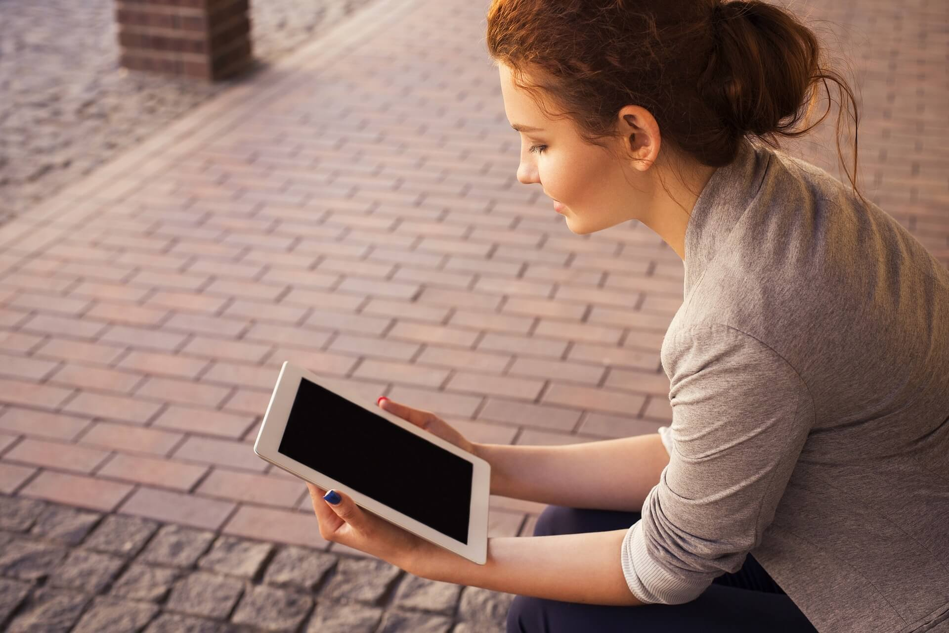 Profesora preparando material mobile learning