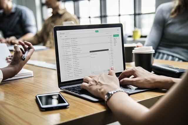 mujer trabajando en el sector digital