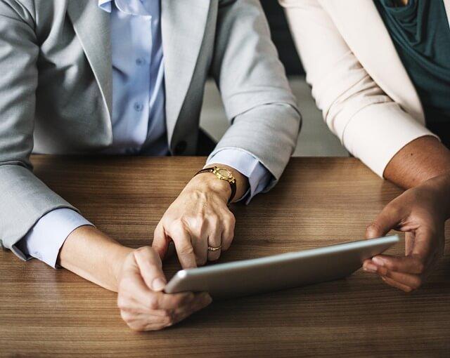mujeres trabajando en el empleo digital