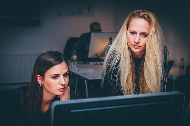 mujeres trabajando en el ámbito digital