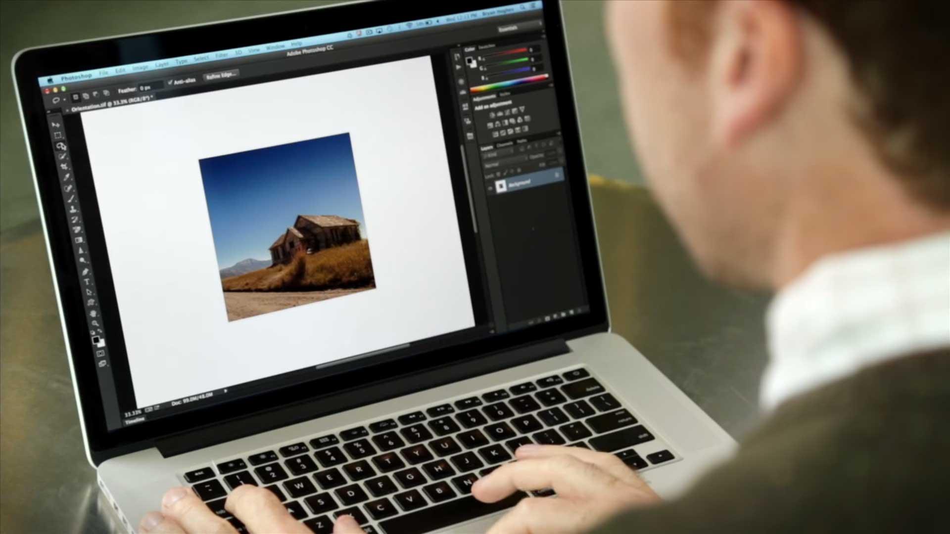 Persona trabajando con photoshop para presentaciones de powerpoint