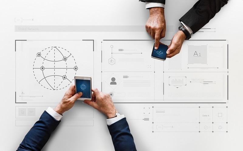 trabajadores de hoy en día con dispositivos digitales