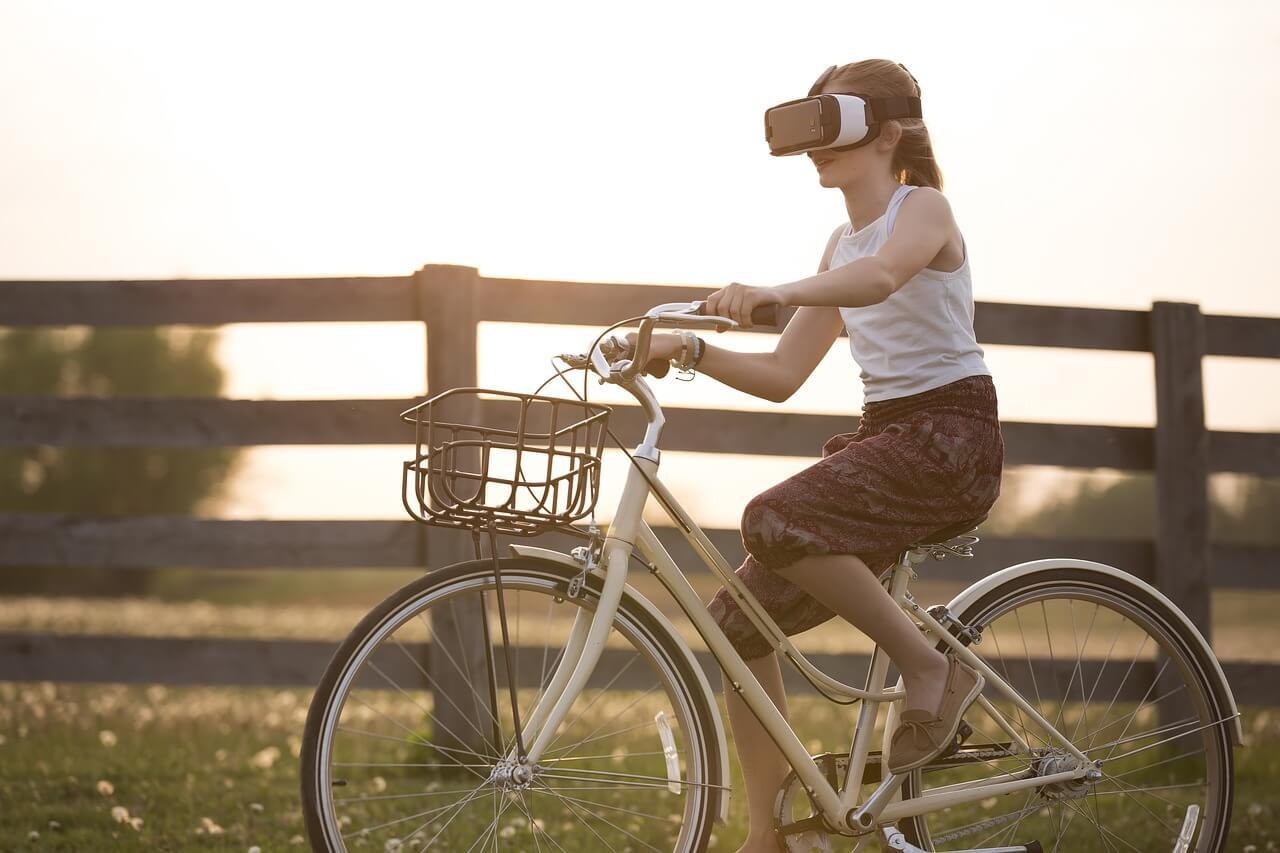 Niña con gafas de realidad aumentada