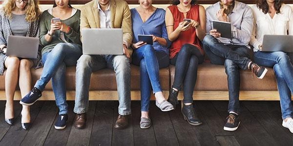 grupo de trabajadores empleando dispositivos digitales