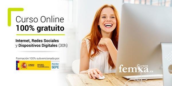 chica pelirroja haciendo en un ordenador el curso de internet, redes sociales y dispositivos digitales