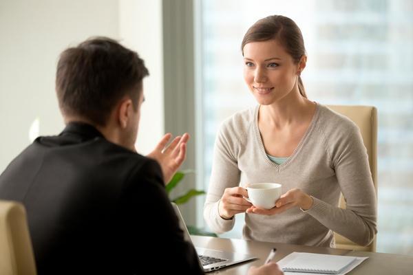proceso de comunicación entre dos personas tomando un café