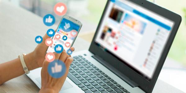 ordenador portatil y smartphone conectados a redes sociales
