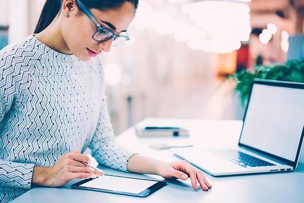 Administrativa realizando una firma digital