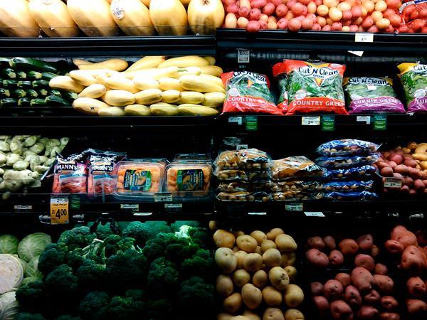 baldas de verduras en la sección de alimentos frescos de un supermercado