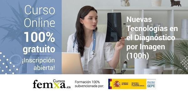 sanitaria revisando radiografias digitales