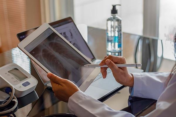 sanitario revisando radiografía digital en tablet