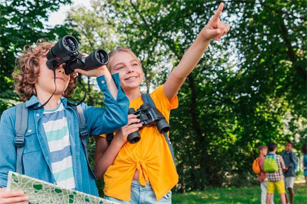 actividades de niños dirigidas por un monitor de tiempo libre