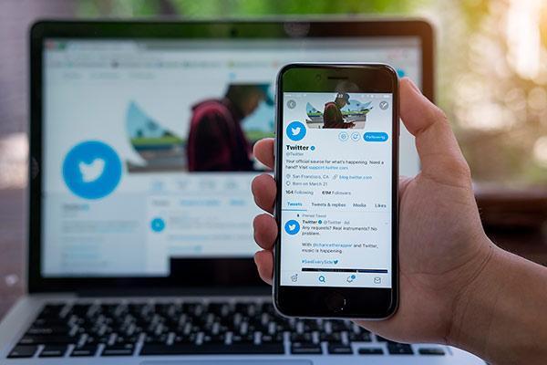 ordenador y móvil con la aplicación de twitter
